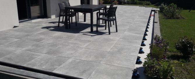 Vu d'ensemble de la terrase sur plots 100x100 Panarea Grey