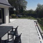 Vu d'ensemble de la terrasse sur plots 100x100 Panarea Grey B