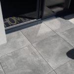 Vu rebord de baie vitrée Terrasse sur plots 100x100 Panarea Grey A
