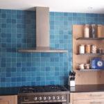 Vu de face A de la crédence cuisine avec du 10x10 Zelij Azul Cielo